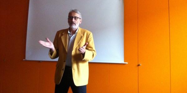 Der Regisseur Peter Ohlendorf diskutiert mit Schülerinnen und Schülern der Realschule Dachau.